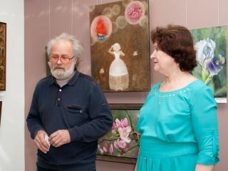 Выставку Татьяны Казаковой открывает председатель правления союза Олег Емельянов