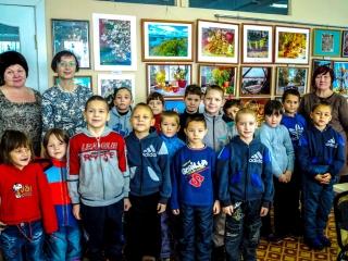 Дети с автором фотографий. Вторая слева - И. Шейхина