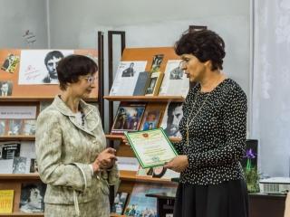 В. И. Плохова вручает Благодарственное письмо