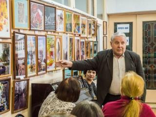 Художник А. А. Меунаргия на выставке И. Шейхиной