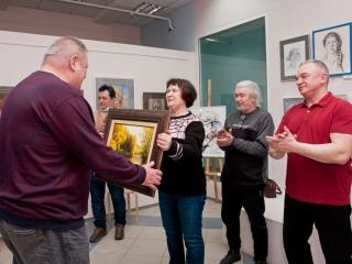 Вручение подарка спонсору галереи