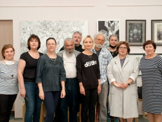 Фото участников развески выставки.