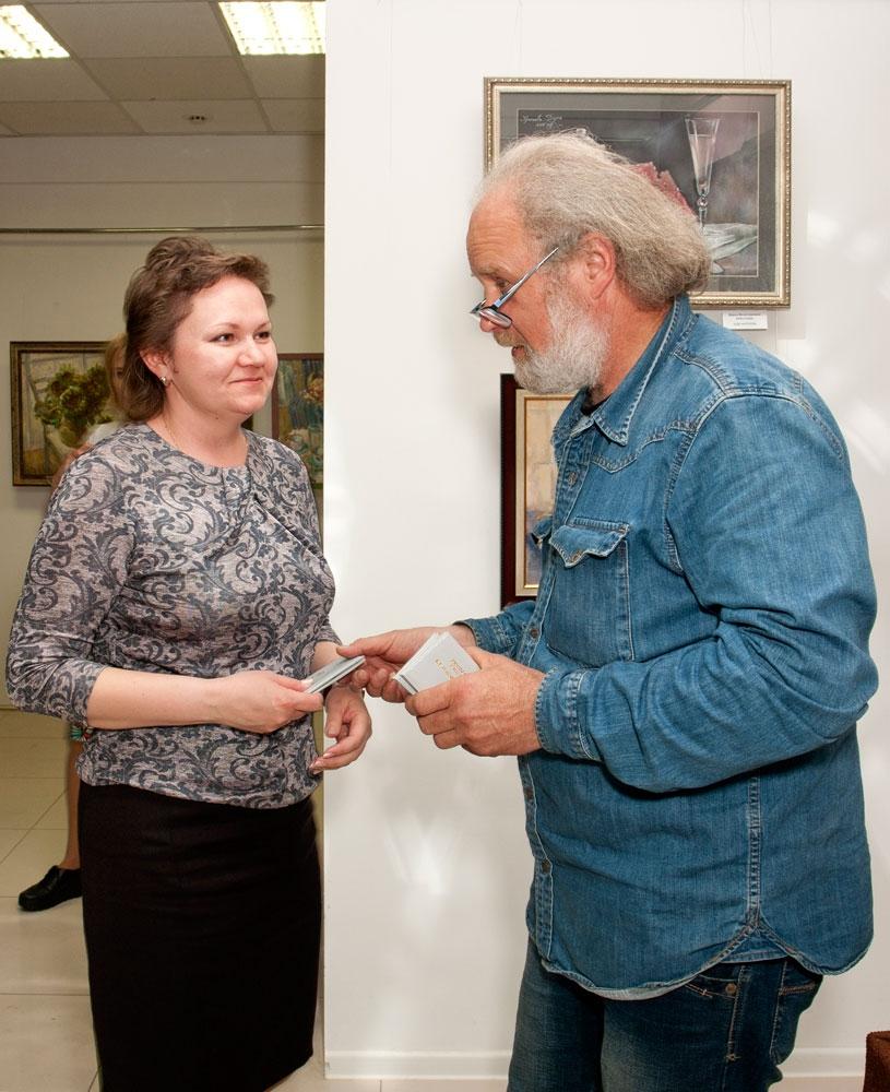 Вручение членского билета Наталье Хожайловой