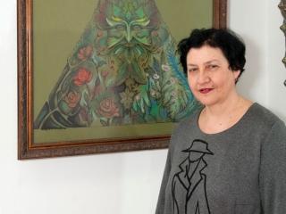 Елена Рипа около работы Юлии Воронцовой