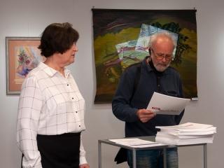 Начинается вручение дипломов и каталогов участникам проекта