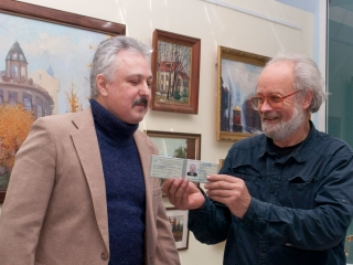 Олег Емельянов вручает членский билет ТСХР Дмитрию Мнацаканьяну