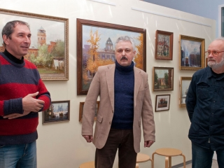 Александр Авдюшкин поздравляет Дмитрия с открытием выставки