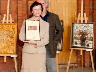 Диплом ТСХР (Москва) вручается Ирине Сидоровой (Шейхиной)