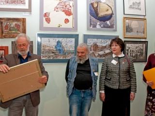 Олег Емельянов дарит Дому журналиста и литератора работу художника союза.