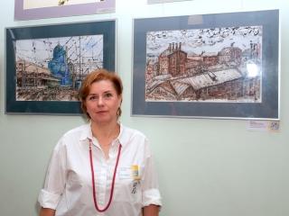Елена Махова около своих работ