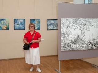 Елена Малыгина рядом со своими работами