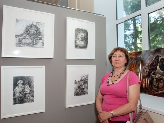 Людмила Логинова рядом со своими работами