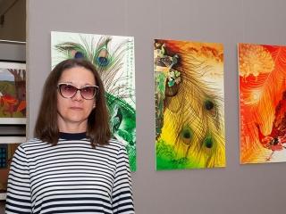 Елена Колесник рядом со своими работами