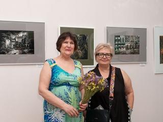 Выставку открывают Татьяна Казакова и Елена Малыгина