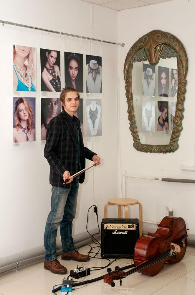 Выставка открывалась с музыкальным сопровождением в исполнении виолончелиста Романа Наумова