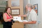 Сертификат участника выставки вручается Татьяне Казаковой