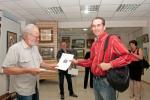 Сертификат участника выставки вручается Александру Авдюшкину