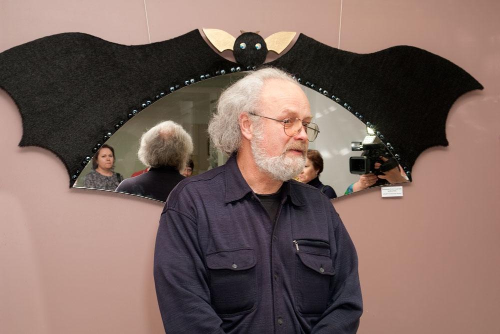 Открывает выставку Олег Емельянов